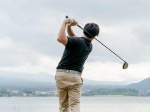 ゴルフを楽しむ人